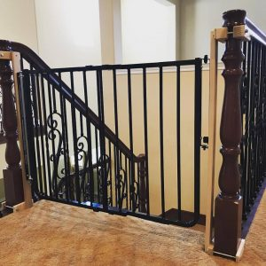Child safety gate with no holes banister clamps